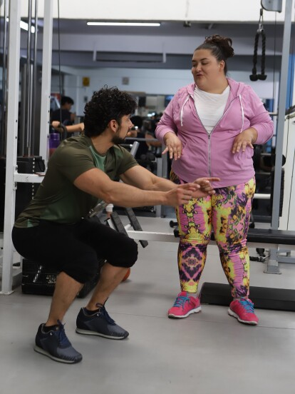 En 'Vencer el P@sado', 'Erik', interpretado por Miguel Martínez, le pone una complicada rutina a 'Yolanda' (Alejandra Ley) para hacer ejercicio.