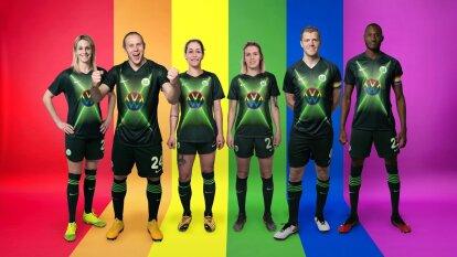 """Con el lema """"Por la diversidad, en contra de la exclusión"""" lanzaron la campaña para promocionar el espectacular jersey conmemorativo."""