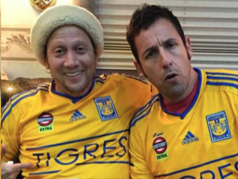 Rob Schneider y Adam Sandler con la playera amarilla de Tigres