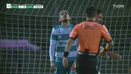 ¡Se pierde el empate! Diego Valdés falla frente a Memo Ochoa