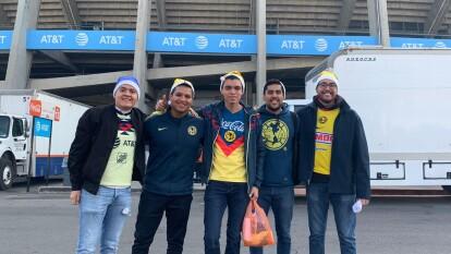 Fanáticos del América se reúnen para ver a su equipo entrenar previo a la final de la Liga MX del Apertura 2019.