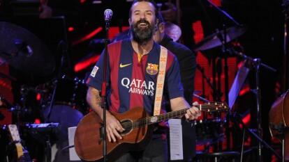 Estas son las estrellas que han demostrado su amor a la camiseta | Pau Donés – El vocalista de Jarabe de Palo demostró su amor azulgrana en más de una ocasión en el escenario.