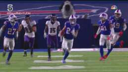 ¡De lado a lado! Bills vuelve a pegar con intercepción de Johnson
