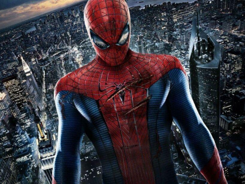 The Amazing Spiderman (2012): Peter está intentando descubrir quién es tras ser mordido por una araña.