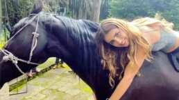 Tras perder su fobia a los caballos, Michelle Renaud presume cómo monta y abraza a uno de ellos