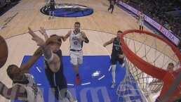 Kawhi Leonard clava el balón y arrolla a Luka  Doncic