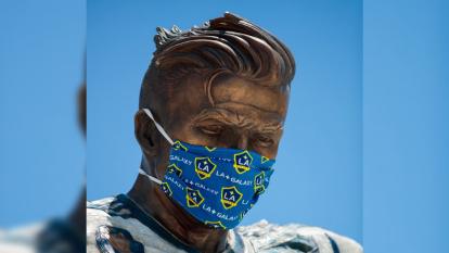 La época del COVID-19 también tuvo repercusiones en la estatua de David Beckham en las afueras del estadio Dignity Health Sports Park, ubicado en Carson, California.