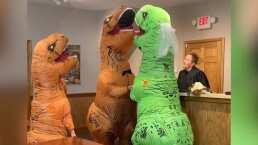 ¡Se casaron disfrazados de dinosaurios!