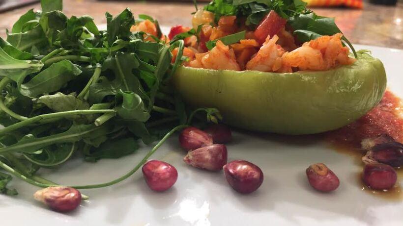Chayote relleno de picadillo de camarón con salsa de jitomate y miel