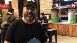 Micky Huidobro promueve el ping pong entre rock y raquetazos