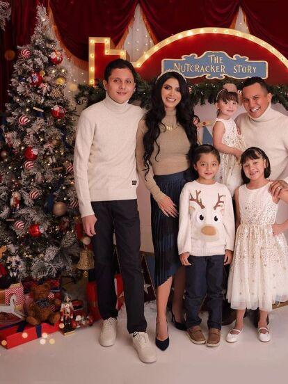 Edwin Luna y Kimberly Flores causaron revuelo en redes sociales al mostrar una vez más su casa y los adornos navideños que colocaron. La pareja impactó con un tremendo árbol de Navidad, un peculiar nacimiento y hasta coloridas botas.