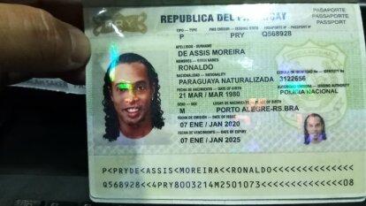 Ronaldinho presentó documentación falsa para entrar a Paraguay.
