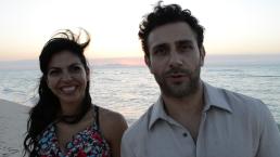 Detrás de: Tita y Daniel romancean en la playa