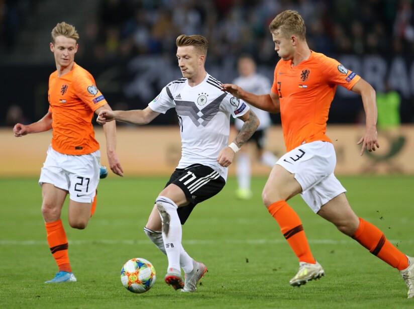 Alemania vencía 1-0 tras un gran primer tiempo pero Holanda mejoró con los cambios de Koeman y remontó en la segunda parte. Frenkie de Jong, Donyell Malen, Georginio Wijnaldum y un autogol de Jonathan Tah permitieron la remontada frente a los germanos que se adelantaron con gol de Gnabry y recortaron distancias gracias al penal bien ejecutado por Toni Kroos.