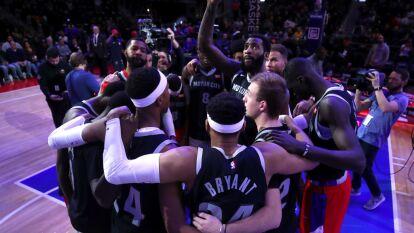 Los Detroit Pistons homenajearon a Kobe Bryant con jerseys de entrenamiento con sus números y nombre, además lo aplaudieron a los 24 segundos de juego.
