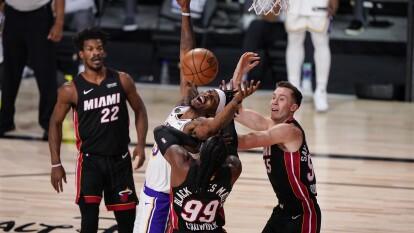 Miami Heat consigue la hazaña de vencer a los Lakers 104-115 sin dos jugadores titulares, Jimmy Butler sale inspirado, anota 40 puntos y consigue su primer triple doble en Finales de NBA.