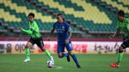 Arbitro no le da la mano a un jugador para levantarse en Corea del Sur