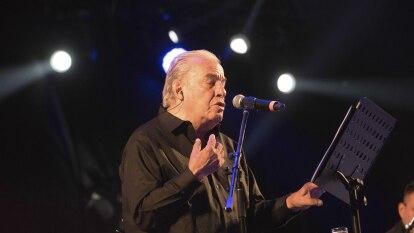 Óscar Chávez, el cantautor que se manifestó ante los JJOO de 1968   El músico y actor falleció en México a los 85 años víctima del coronavirus.