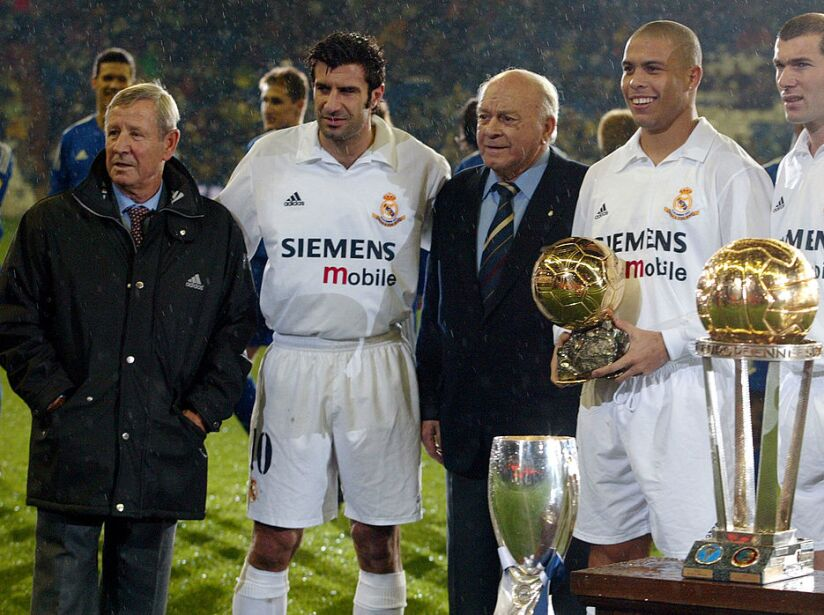 Real Madrid's players Portuguese Luis Figo (2nd L)