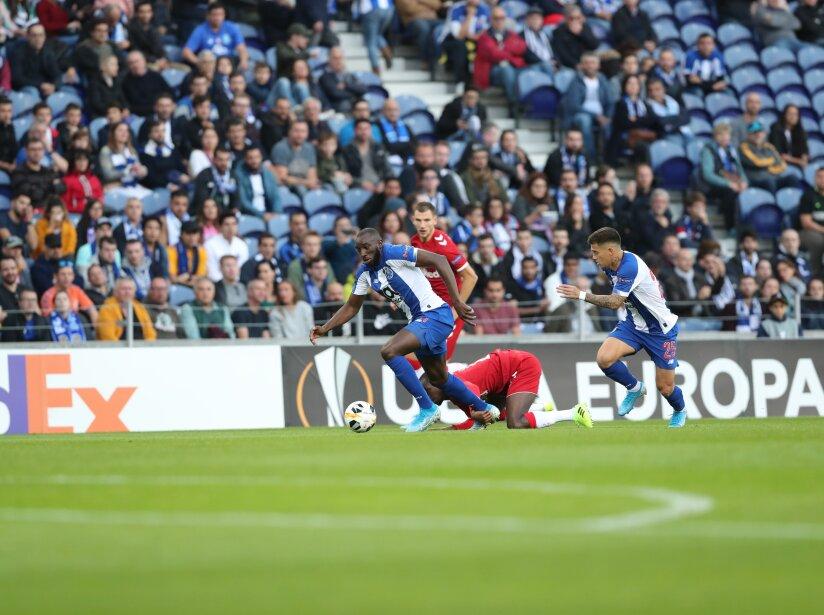 Diaz (36´) y Morelos (44´) anotaron para Porto y Rangers, respectivamente. En la J4 de Europa League se enfrentarán de nuevo.