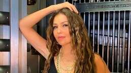 Video: Thalía se esconde por debajo de las cobijas como si fuera una niña asustada