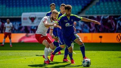 Konnrad Laimer hace presión alta y trata de robarle el balón al defensor del Freiburg Manuel Gulde.