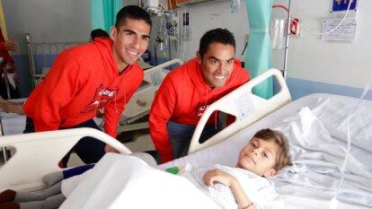 Amaury Vergara encabezó la visita de Chivas a los niños del Hospital Civil, en Guadalajara, durante el Día Internacional del Voluntariado