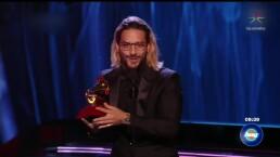 Maluma gana un Latin Grammy y Natalia Lafourcade lo mira con desprecio