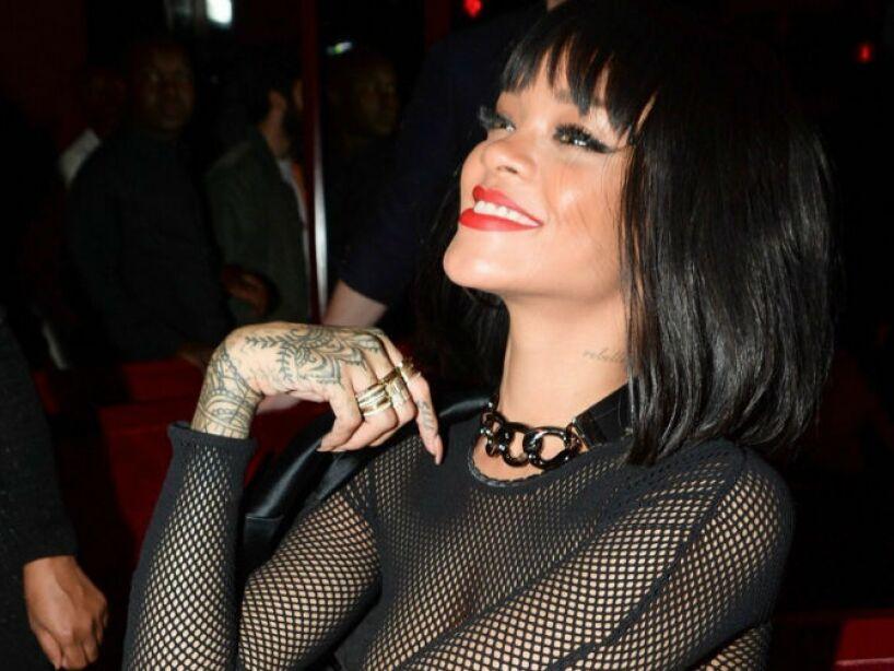 3. Rihanna: Las cámaras de televisión captaron a la cantante riéndose de Grande durante su actuación en unos premios. ¿Burla o mala edición?