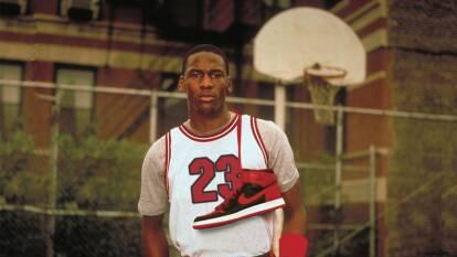 En 1985 se lanzaron estos tenis y marcaron el inicio de una era. Sin embargo, la NBA sancionó a Jordan por no estar a la altura del código de vestimenta de esa época.