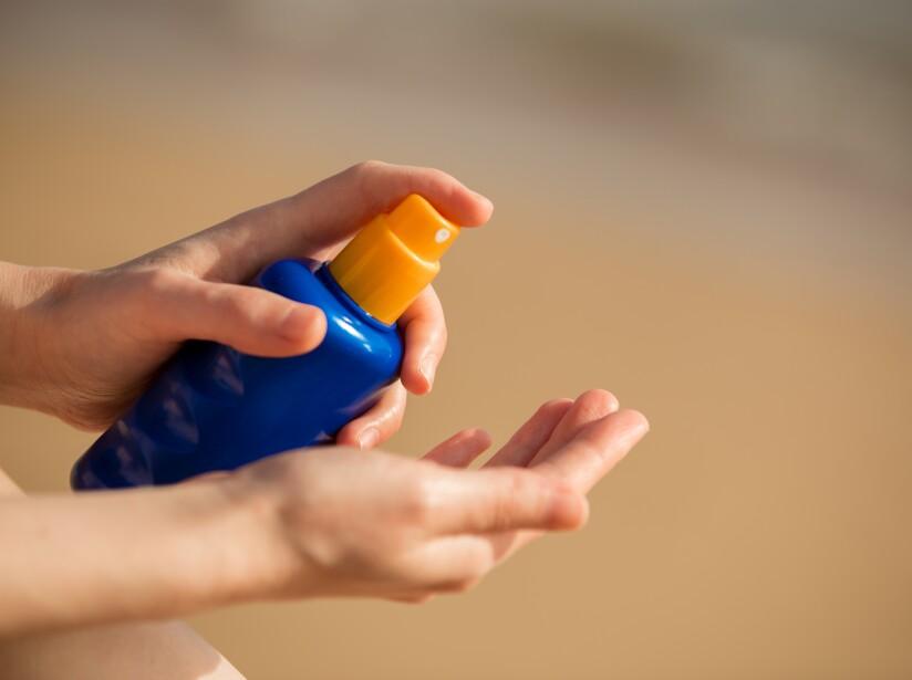 Es importante usar bloqueador solar diariamente por tres razones. Previene el cáncer de piel, que es el más común del ser humano, disminuye el fotodaño o envejecimiento de la piel y también, la aparición de manchas.
