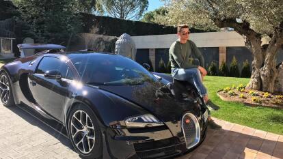 Tras haberse coronado en la Eurocopa 2016 y desde sus vacaciones en las playas de Ibiza, CR7 publicó una imagen de su Bugatti Veyron Vitesse, un vehículo deportivo capaz de entregar 1200 HP y alcanzar una velocidad máxima de 255 mph. Nada mal. ¿Su valor? Por encima de los 2 millones de dólares