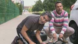 """Raúl y Armando Araiza sudan la gota gorda al cambiar una llanta: """"Si me llevo un dedo, no te la vas a acabar"""""""