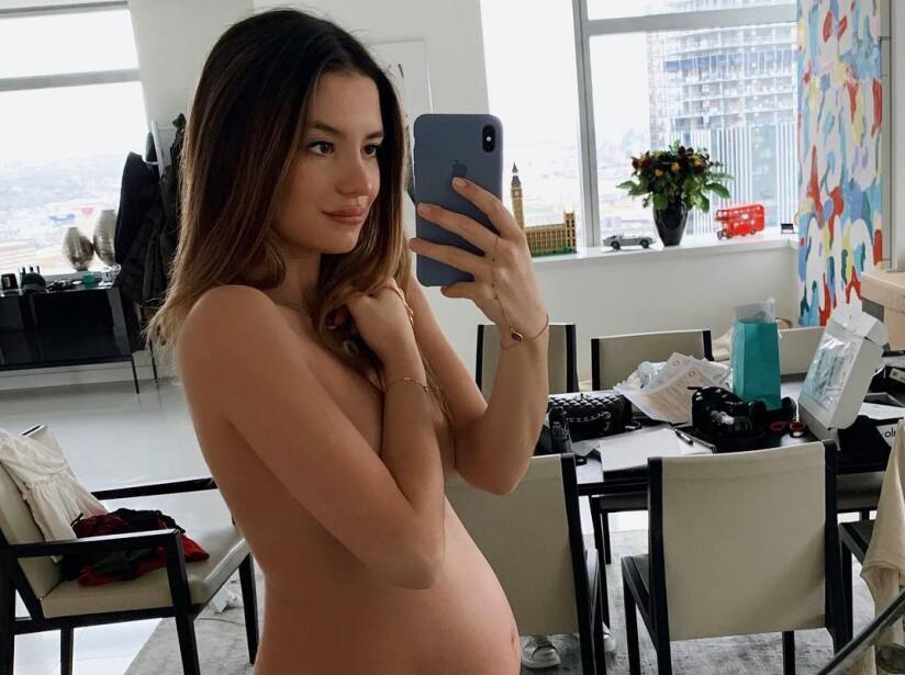 2efbc52cd Esposa de  Chicharito  hace frente a críticas por lucir embarazo en ...