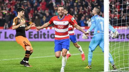 El Valencia cayó en Granada 2-1 con doblete de Soldado y se despide de la Copa.