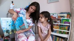 Video: Alessandra Rosaldo y su hija Aitana disfrutan de viajar a lugares increíbles a través de la lectura