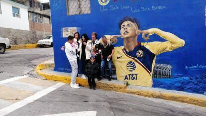 Mural pintado por la Barra Blanca (aficionados americanistas) es visitado por la familia del 'Machin' Edson Alvarez.