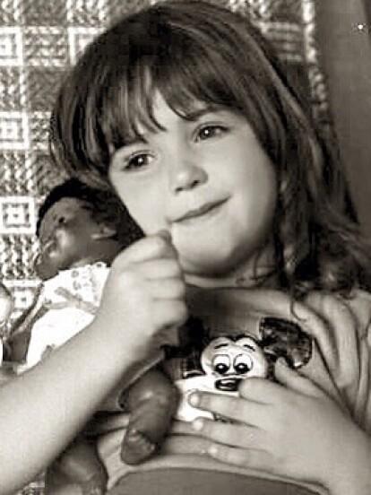 Andrea Legarreta nació el 12 de julio de 1971 en la ciudad de México, y desde muy pequeña entró al mundo del espectáculo, ya que a los 8 años comenzó a estudiar actuación en el Centro de Capacitación Artística de Televisa (CEA).