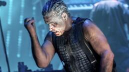 El vocalista de Rammstein sorprende al dar concierto dentro de una burbuja
