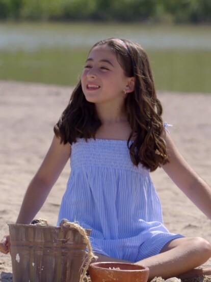 """En el gran estreno de """"Contigo Sí"""", 'Angela', interpretada de pequeña por Lara Campos, vivía muy feliz en Real del Mar."""