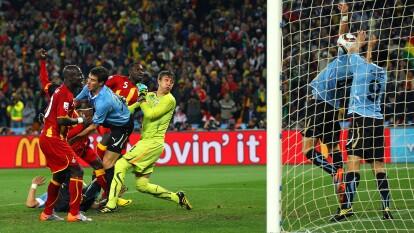 El delantero uruguayo ha estado en el 'ojo del huracán' por indisciplinas y controversias dentro del terreno de juego. En el Mundial de Sudáfrica, en el partido ante Ghana por el pase a Cuartos de final, Luis Suárez detuvo con las manos un balón que se dirigía directo a portería.