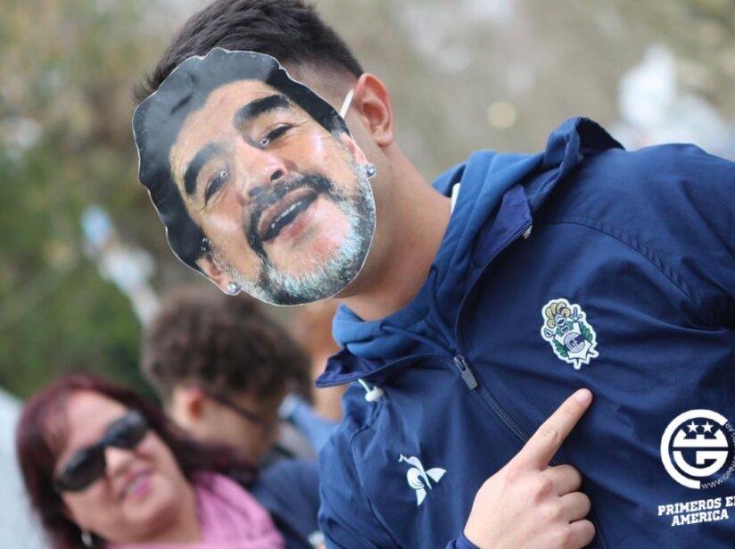 Fanaticos con Maradona.jpg