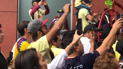 Decenas de americanistas se congregaron en el hotel para alentar al equipo previo a la final del futbol mexicano.