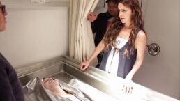 Berenice reconoce el cuerpo de Tomás | Detrás de cámaras