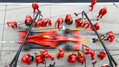 Cambio de neumáticos del monoplaza de Charles Lecrerc durante el Gran Premio de China en el Circuito Internacional de Shanghái.