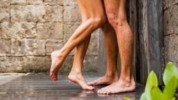 Cinco beneficios de bañarse en pareja