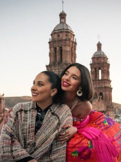 Después de conmover por la emotiva despedida a su abuela Flor Silvestre, Ángela Aguilar vuelve a acaparar la atención al protagonizar una tierna fotografía al lado de su mamá Aneliz Álvarez-Alcalá, impactando por el gran parecido físico que tienen.