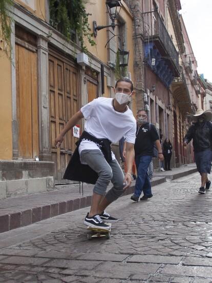 A una semana del estreno de 'Qué le pasa a mi familia?', 'Lalo', personaje interpretado por Emilio Osorio, no ha dejado de levantarse con el pie izquierdo. <br><br>Cuando se le hace tarde para el trabajo (ya que es dificilísimo despertarlo), corre por las calles de Guanajuato en su patineta.</br></br>