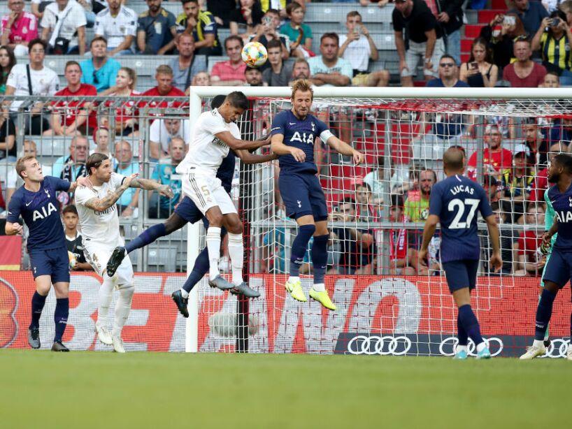El balón aéreo fue bien defendido por el Tottenham