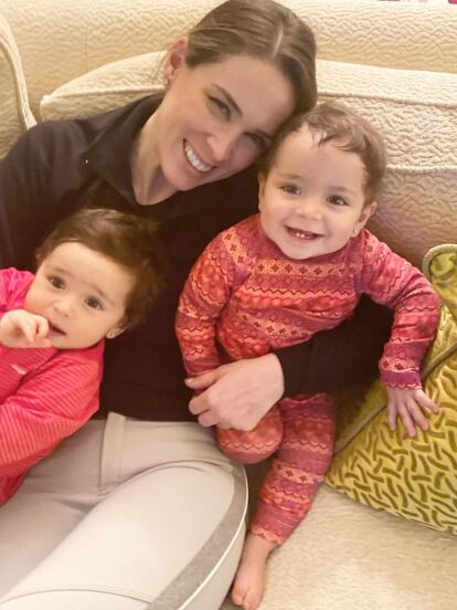 Este viernes 20 de diciembre, Jacky Bracamontes celebra el primer cumpleaños de sus mellizas, Emilia y Paula, por lo que te mostramos cómo han cambiado las más pequeñas de la familia Fuentes Bracamontes.